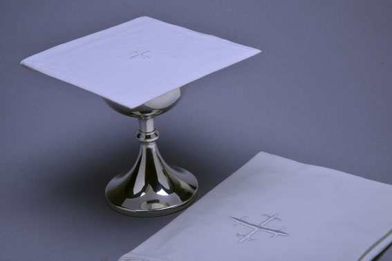 Chalice_Pall_With_Chalice_White_Cross